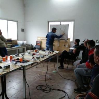 Extensión: Jóvenes y adultos se capacitaron en tareas de electricidad