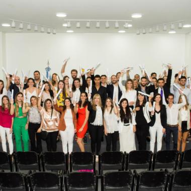 59 egresados y egresadas recibieron su diploma de graduación